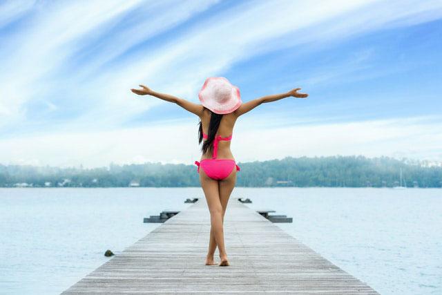 Jak usunąć rozstępy i wyglądać bosko w lecie